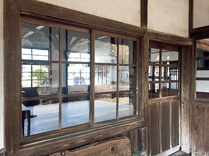大隅横川駅のガラス窓