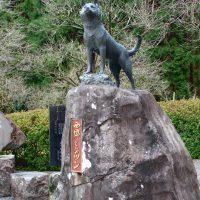 藤川天神参道脇のツンの像