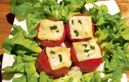 焼きトマトチーズ・フルーツ黒酢添え