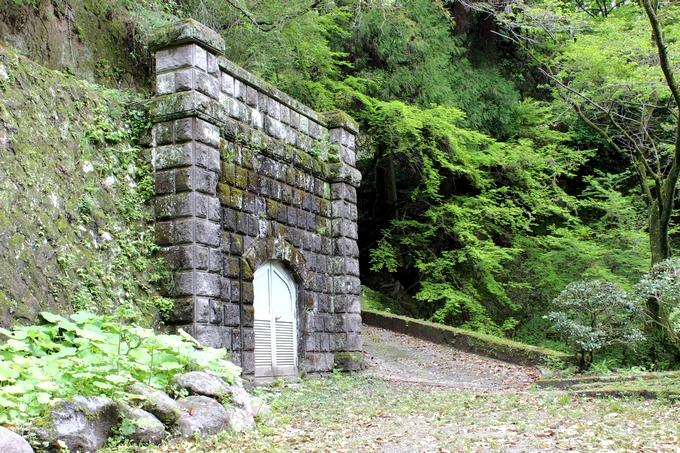 七窪水源。柵越しに写した重厚な石門