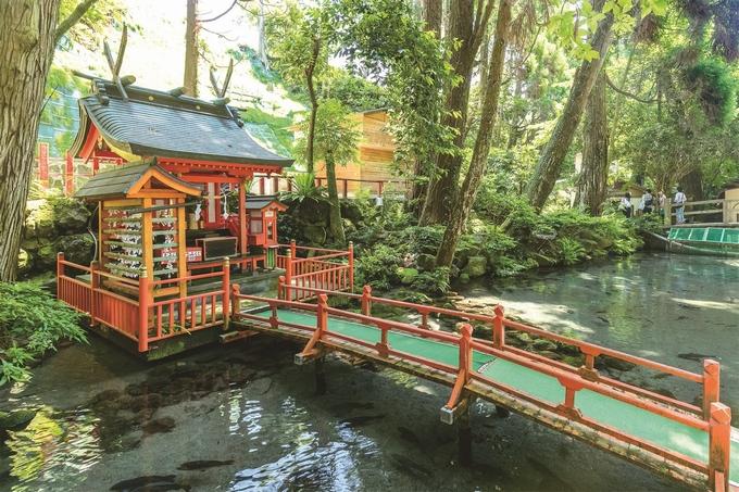 唐船峡の湧水池にある川上神社