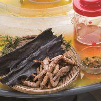 寒川水源亭 つゆの出汁をとるための焼きエビと昆布