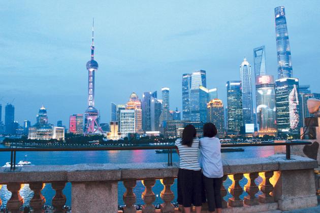 美しく輝く上海の高層ビル群