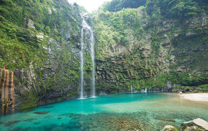 エメラルドグリーンに輝く雄川の滝(南大隅町)