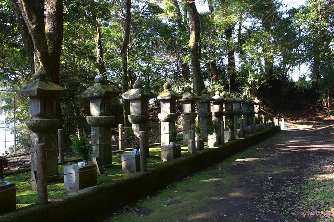 13人の武士を供養する地蔵塔