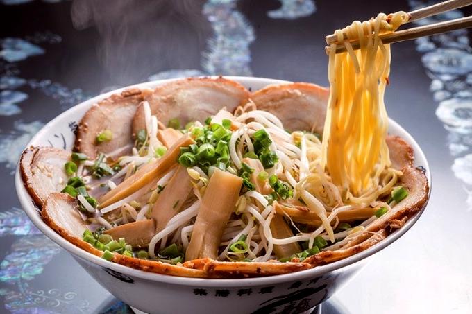 烏骨鶏ラーメン 龍「満開叉焼麺」