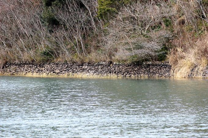 平石積みで築かれた萬福池