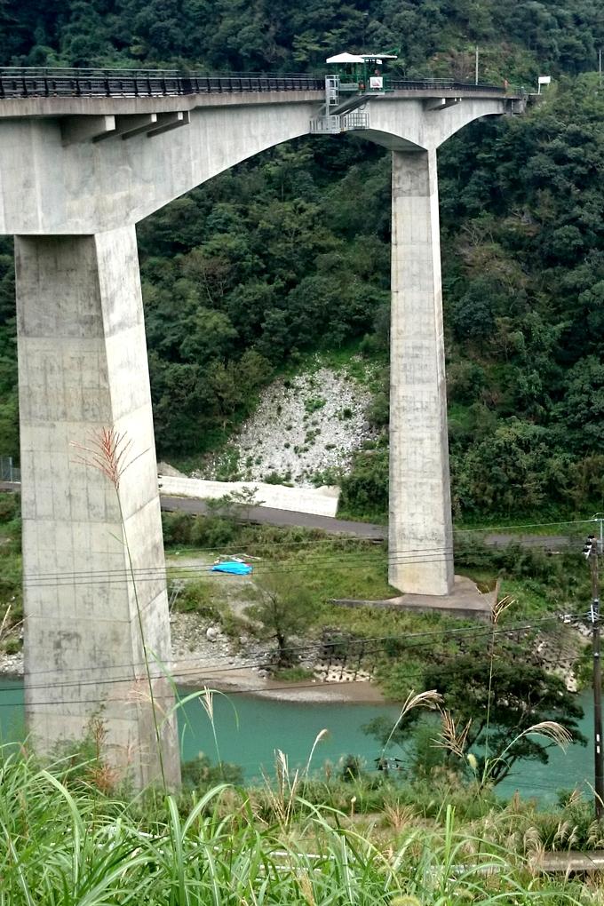 五木村バンジー 高さがよくわかる「スタート台」と橋