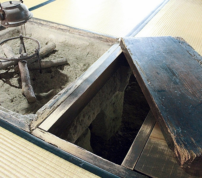 税所邸の囲炉裏脇にある抜け穴