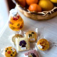 カフェトロワ「花びらの載った手作りクッキー」