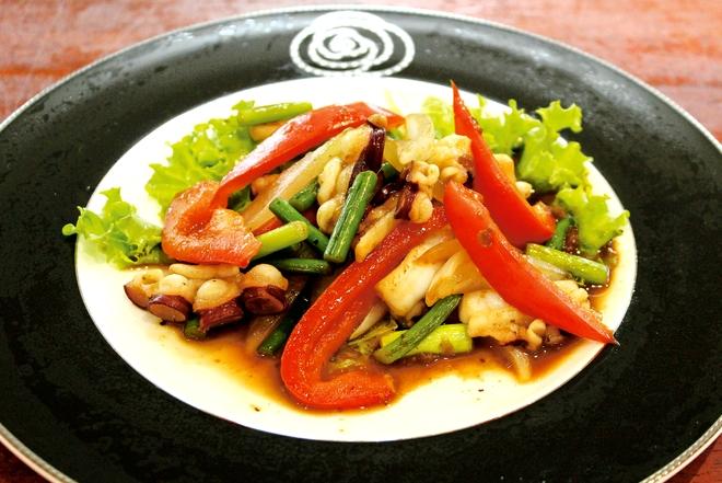 タコとニンニクの芽の食べる黒酢炒め