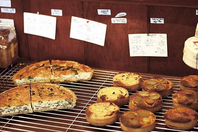 ヒカルヤ店内に並ぶパン