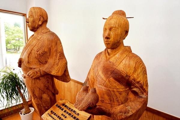 西郷隆盛と妻・愛加那の木像