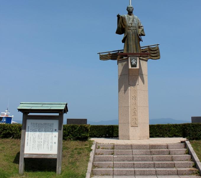 薩摩藩の財政の再建に貢献した海商・濵﨑太平次の銅像
