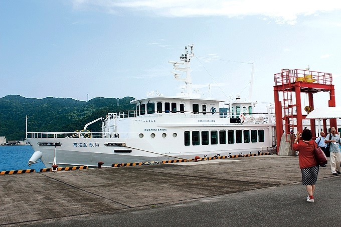 甑島・里港に入港した高速船甑島