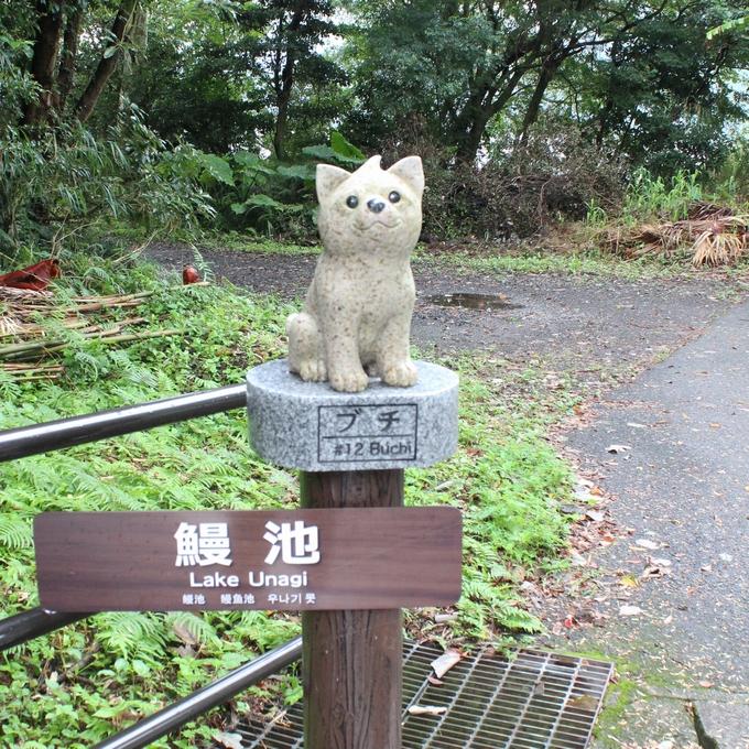 鰻集落の観光スポットを案内する西郷隆盛の愛犬「ブチ」の石像
