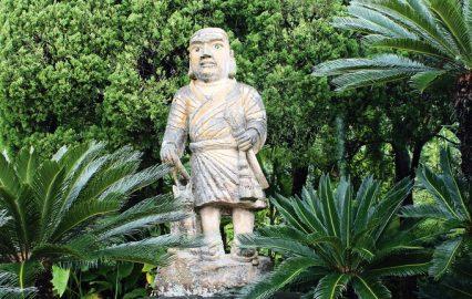 西郷隆盛逗留記念碑の横に立つ石像