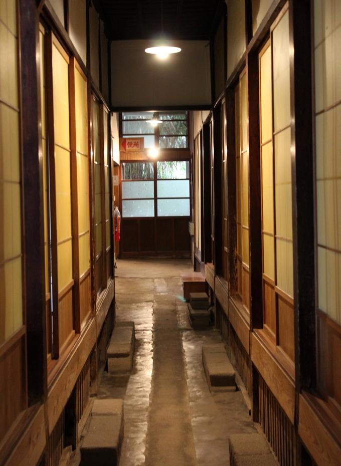 昭和レトロな通路が残る中島温泉旅館