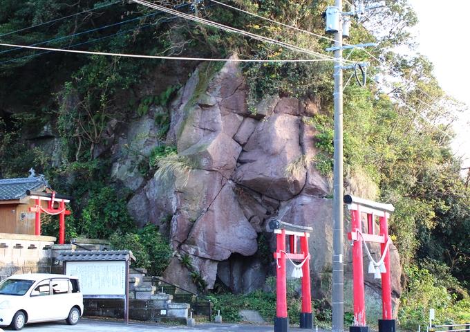 川津神社の西郷岩、通称「キス岩」