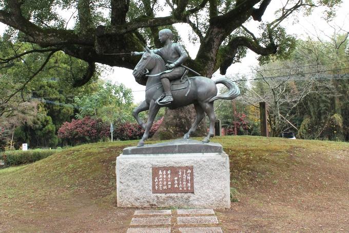 田原坂公園にある美少年の石像