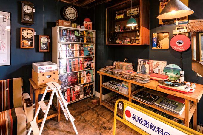 戦前の家具やレコードが並ぶ太郎屋