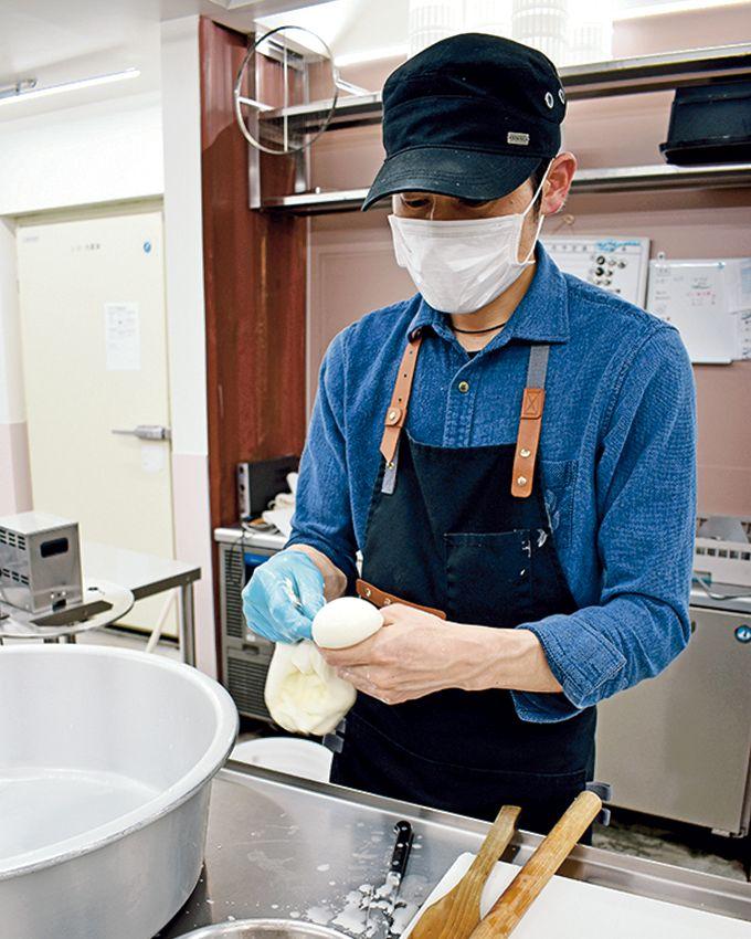 モッツァレラチーズを絞り出す景山さん