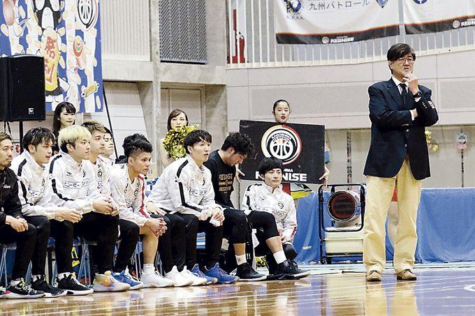 選手を見守る鹿児島レブナイズ楠本和生ヘッドコーチ