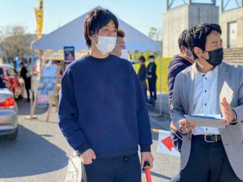 「ドライブスルーin霧島市」の発起人、井上正樹さん(中央)