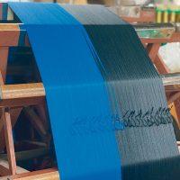 先染めした絹糸を縦糸用に整える