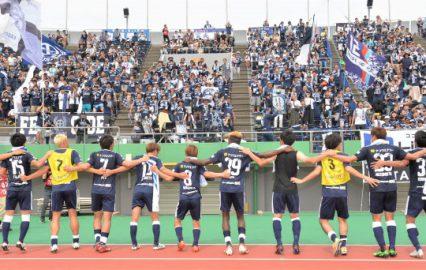 東京Vを3-1で破り、試合後に「勝利の宴へべれけ」を踊る選手とサポーター=2019年6月9日、白波スタジアム