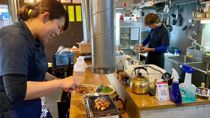 デリバリーの注文を受けて、ホルモンを焼く「鄭家ホルモン」のオーナー、山中真由美さん