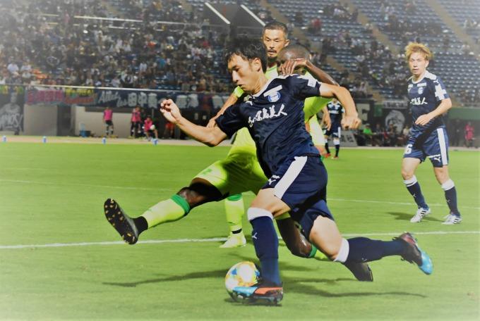 後半、相手陣内に攻め込む鹿児島ユナイテッドFCのDF砂森=白波スタジアム