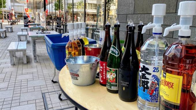 よかどビアテラスの中央部に置かれたテーブルには、飲み放題のドリンクが並ぶ