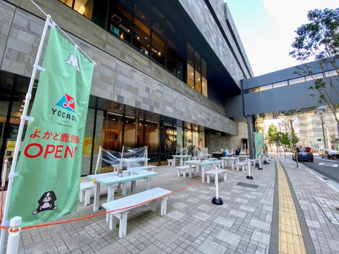 鹿児島銀行本店別館ビル前の敷地内歩道に登場した「よかどビアテラス」。ビル風が通り心地いい