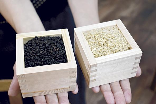西尾製茶「焙煎前(右)と焙煎後(左)の玄米」