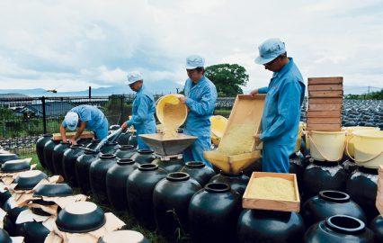 坂元醸造「黒酢の仕込み中」