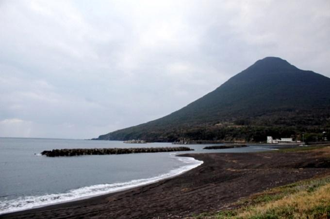 川尻海岸から望む開聞岳