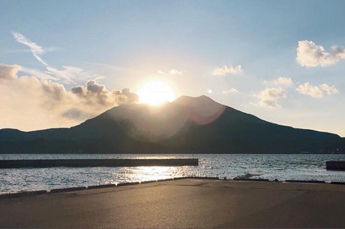 新島から望む桜島に沈む夕日
