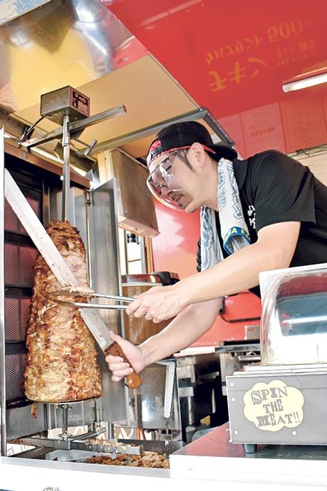 ジャー・ケバブ「肉を削り取る深町洋代表」