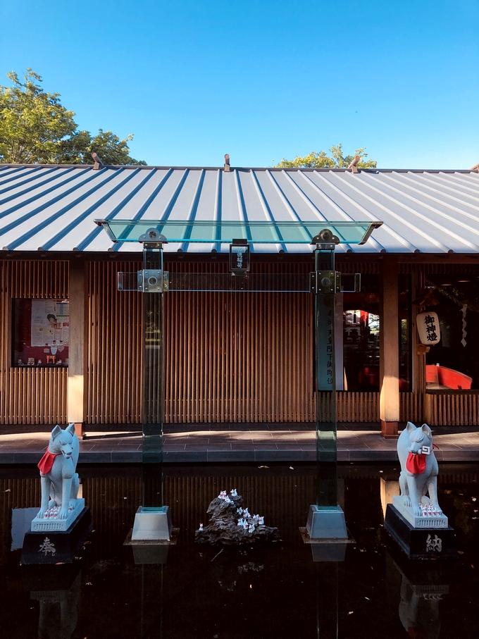神徳稲荷神社社務所とガラスの鳥居