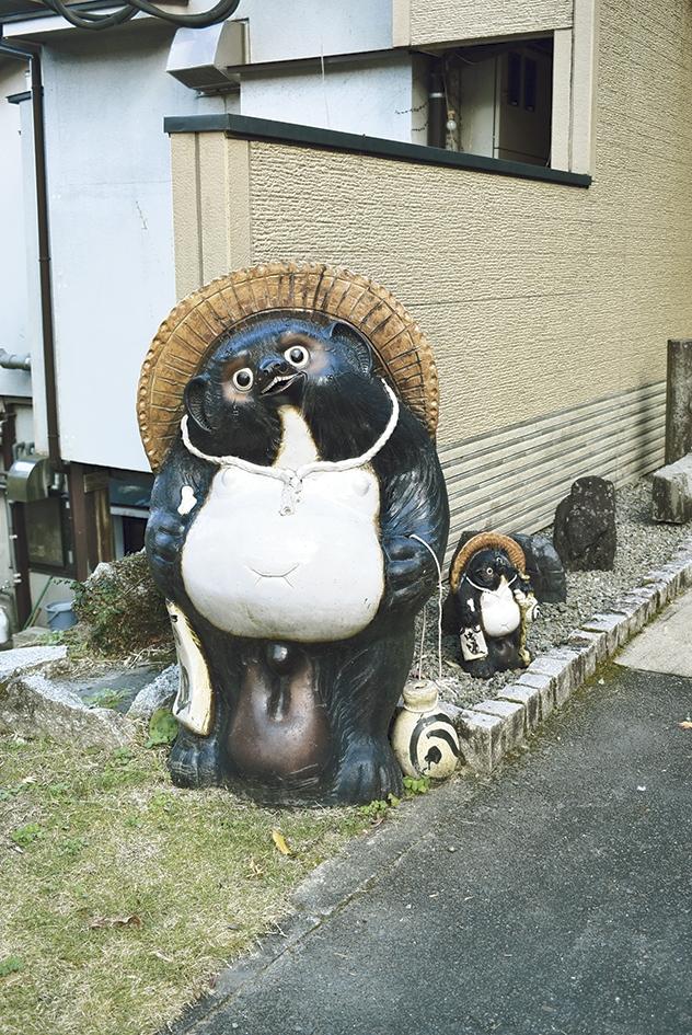 日本料理・鯉料理 反田 入口のたぬきちゃん