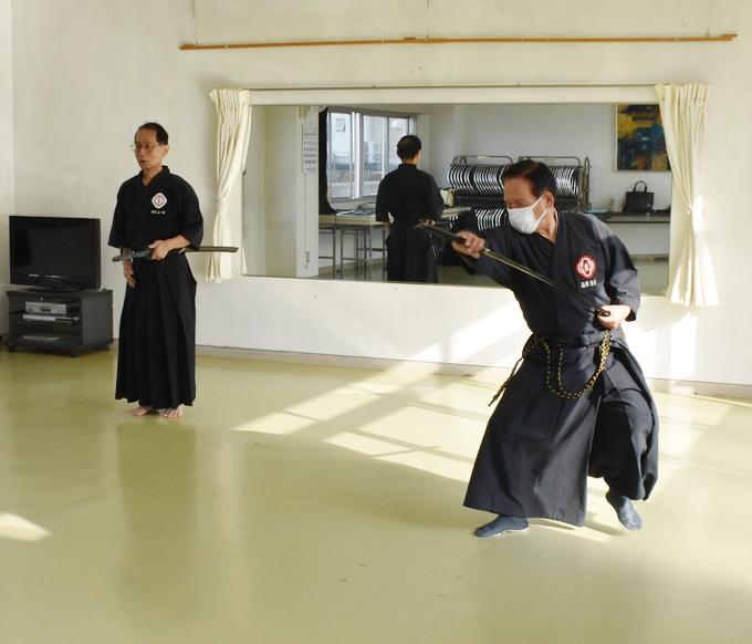 戸山流居合道「技を披露する有村先生」