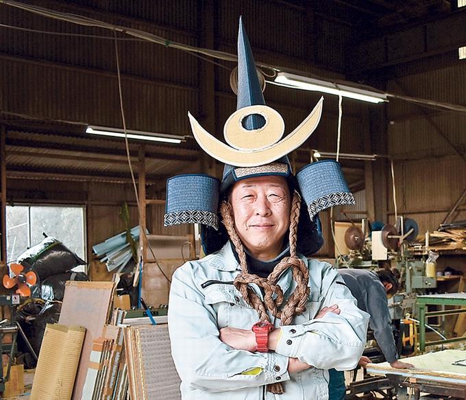 増田たたみ店「増田隆二社長と畳で作ったかぶと」