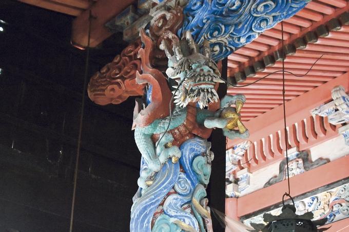 新田神社「龍を施した本殿の柱」