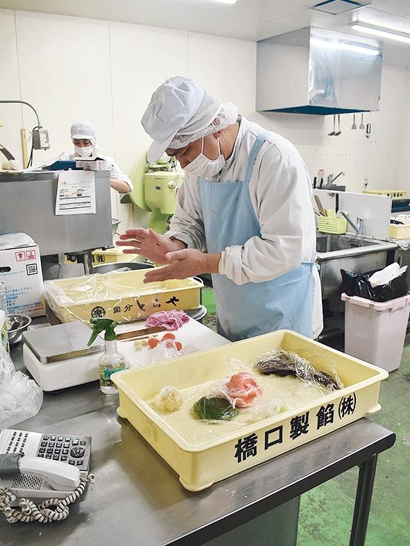 霧や櫻や「生菓子を作る内田さん」