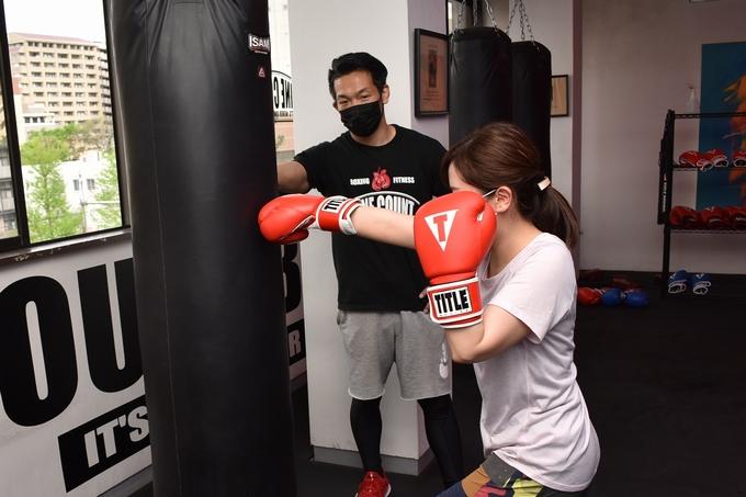 ナインカウントボクシング&フィットネスでサンドバック打ち