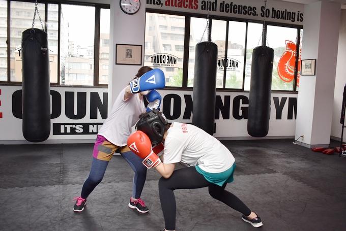 ナインカウントボクシング&フィットネスで副編集長・牛 vs ライター歌のワンシーン