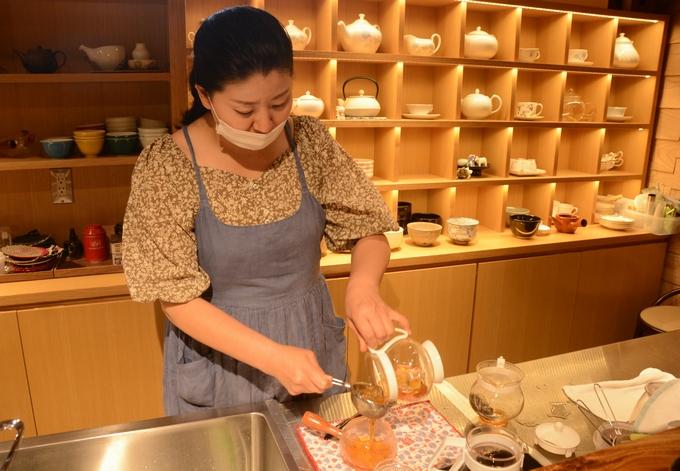笹野製茶「アイスティーを作る笹野さん」