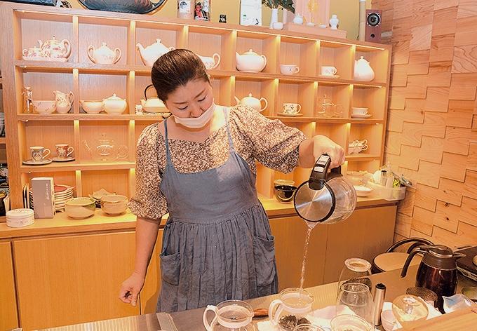 笹野製茶「茶葉にお湯を注ぐ笹野さん」