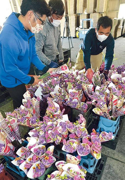 指宿市の飲食店を応援しようと、テイクアウトの利用客向けのミニ花束